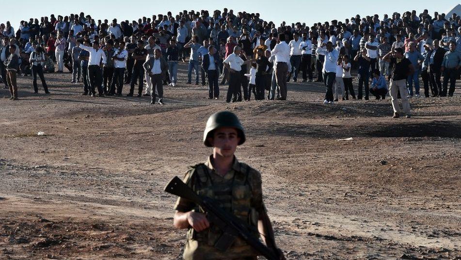 soldado-delante-manifestantes-kurdos-Turquia_TINIMA20141007_0954_3